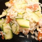 Riso basmati con salmone affumicato, zucchine e pinoli